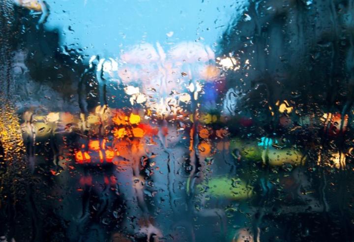 ¿Porqué esa lluvia abundante que sacude la ventana?