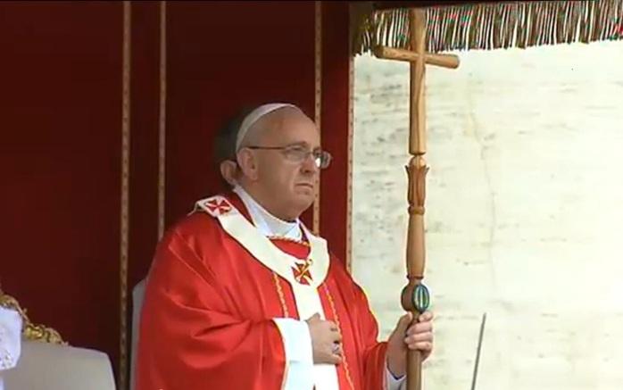 Papa Francisco con el báculo de madera realizado por presos italianos